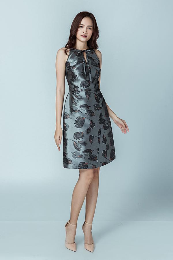 Ngoài đặc sản váy phồng hông, các thiết kế dành cho mùa hè còn có nhiều kiểu váy rút dây, váy xoè cổ điển với hoa văn sinh động.