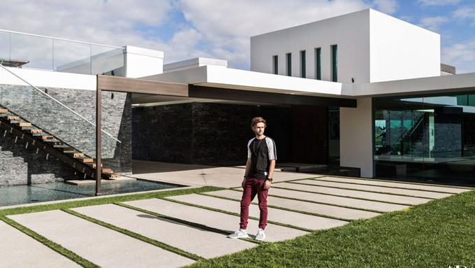 Chàng nghệ sĩ 27 tuổi đang sống tại biệt thự rộng gần 900m2 ở Beverly Hills, Los Angeles. Zedd đã bỏ ra tới 16 triệu USD (363 tỷ đồng) để mua ngôi nhà này. Giọng ca I Want You To Know tiết lộ, khi nhìn thấy giá bán nhà trên tờ quảng cáo, anh có phần do dự vì quá đắt. Tuy nhiên khi đến xem ngôi nhà, Zedd đã phải lòng ngay lập tức.