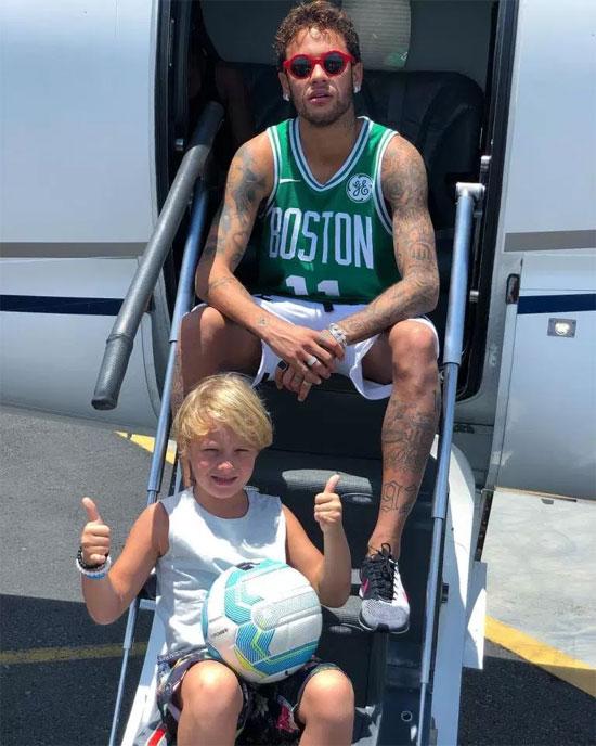 Neymar và con trai ở cửa chuyên cơ. Ảnh: NS.