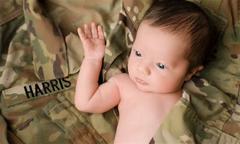 Bé một tháng tuổi chụp ảnh với bộ quân phục của người cha quá cố