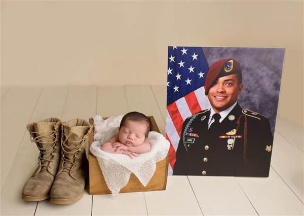 Brittany muốn con gái biết mọi chi tiết về cuộc đời và sự hy sinh của bố. Cô quyết định sắp xếp một buổi chụp ảnh con gái với những kỷ vật còn lại của người cha bé chưa từng được gặp mặt. Ảnh:NPS Photography.