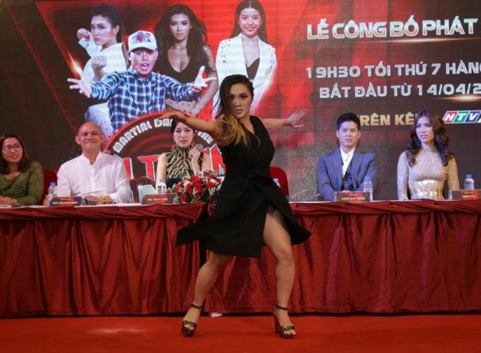 Gemma Nguyễn biểu diễn vài động tác võ đẹp mắt tại sự kiện.