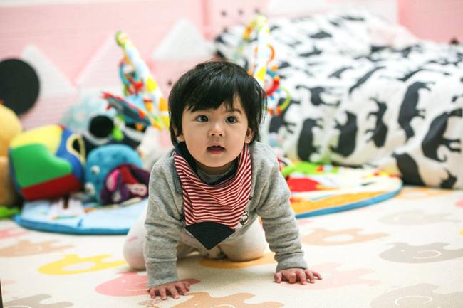Con gái thứ hai của Giả Tịnh Văn giống hệt bố - diễn viên Tu Kiệt Khải, đặc biệt là đôi mắt.
