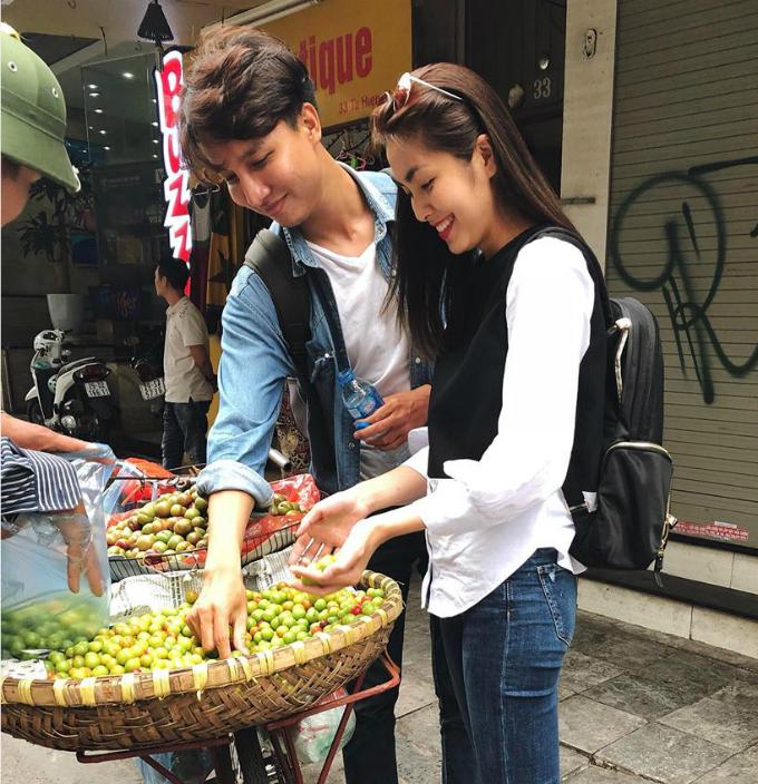 Tăng Thanh Hà thích thú chọn mua mận đầu mùa trên vỉa hè Hà Nội.
