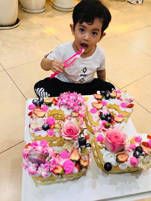 Kubi nhà Khánh Thi Phan Hiển ngồi ngoan, tự ăn bánh kem