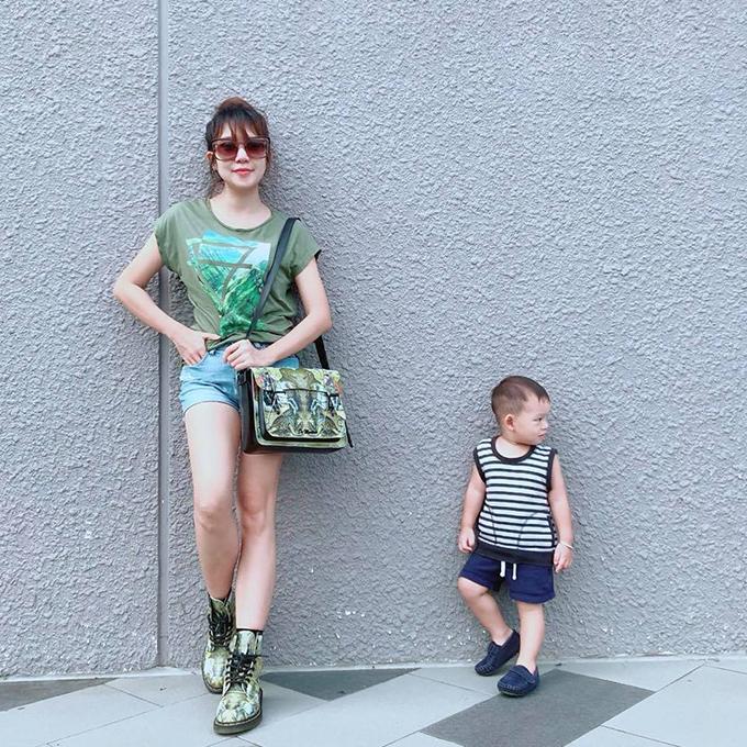Minh Hà tạo dáng bên con trai Mio siêu mẫu. Vợ Lý Hải viết: Hạnh phúc đơn giản của một cô gái là có một chàng trai nắm tay cô đi khắp thế gian.