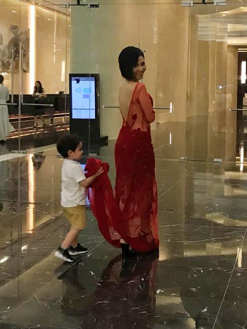 Thu Minh có trợ lý nhí, ân cần bê váy cho mẹ.