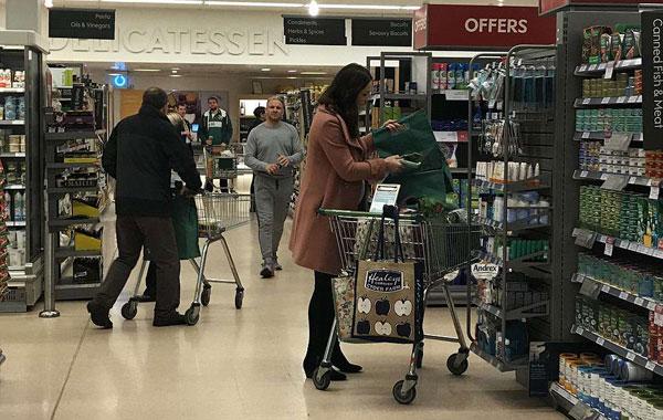 Kate cẩn thận chọn lựa từng món đồ và ưu tiên mua hàng giảm giá.