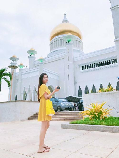 Trần Yến Nhi (sinh năm 1992, hiện sinh sống tại Sài Gòn) từng thực hiện chuyến đi tới đất nước Brunei xinh đẹp cách đây ít lâu. Yến Nhi chia sẻ: Bỏ hết thị phi, xô bồ đi. Brunei là 1 đất nc thật sự yên bình. Yên bình đến nỗi bạn sẽ cảm thấy 1 chút k quen, vì ng dân nơi đây họ sống giản dị lắm. 1 đất nc dầu mỏ rất giàu nhưng k phồn hoa, không trung tâm mua sắm chọc trời j đâu. Brunei cũng không phát triển du lịch nên khách tham quan còn vô cùng hạn chế. Nên khuyến cáo những bạn nào thích xô bồ ồn ào thì k nên đi nha.