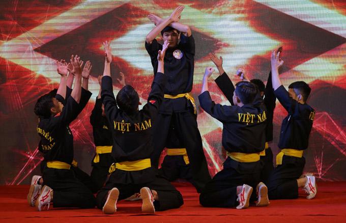Nhiều võ sinh đang theo học Taekwondo, Vovinam, Aikido, võ cổ truyền, Muay Thái... đăng ký tham gia cuộc thi này. Họ lập nhóm từ 7 đến 9 người thể hiện các động tác võ kết hợp với bước nhảy trên nền nhạc hiện đại. Đấu trường võ nhạc phát sóng vào 19h30 thứ bảy hàng tuần trên Đài truyền hình TP HCM, bắt đầu từ 14/4.
