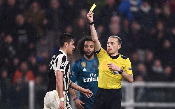 Ngoài việc thua thảm trên sân nhà và gần như không còn cơ hội đi tiếp, Juve còn bị mất tiền đạo Dybala vì anh nhận hai thẻ vàng