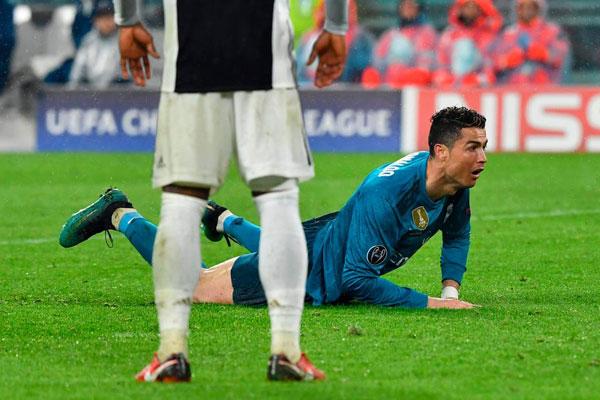 C. Ronaldo ngóc đầu nhìn