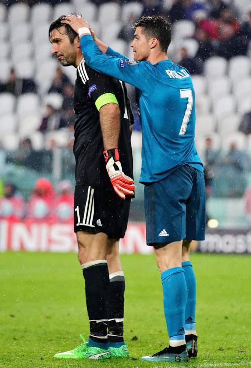 Cử chỉ thân tình, tôn trọng của C. Ronaldo dành cho bại tướng Buffon sau trận đấu.