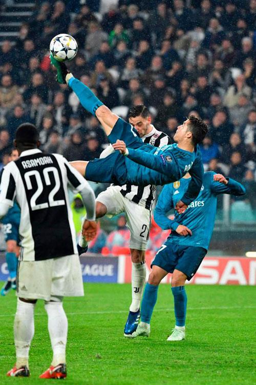 C. Ronaldo khiến cả thế giới ngả mũ với pha làm bàn xe đạp chổng ngược vào lưới Juve trong trận lượt đi tứ kết Champions league