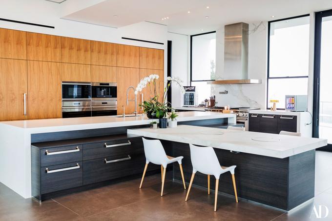 Căn bếp hiện đại, đầy đủ mọi tiện nghi mà mọi đầu bếp đều mơ ước. Đặt biệt dưới chân tủ bếp có máy hút rác có khả năng hút mọi mảnh vụn vương vãi bên ngoài.