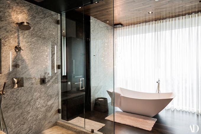 Một trong những phòng tắm rộng rãi.