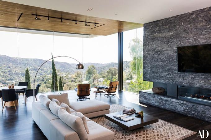 Với Zedd, mọi chi tiết trong ngôi nhà đều quá hoàn hảo, hiện đại, sang trọng và truyền cảm hứng. Đặc biệt là phòng khách được thiết kế theo phong cách mở rộng ngút mắt với view tuyệt đẹp nhìn ra cảnh núi đồi kỳ vĩ.