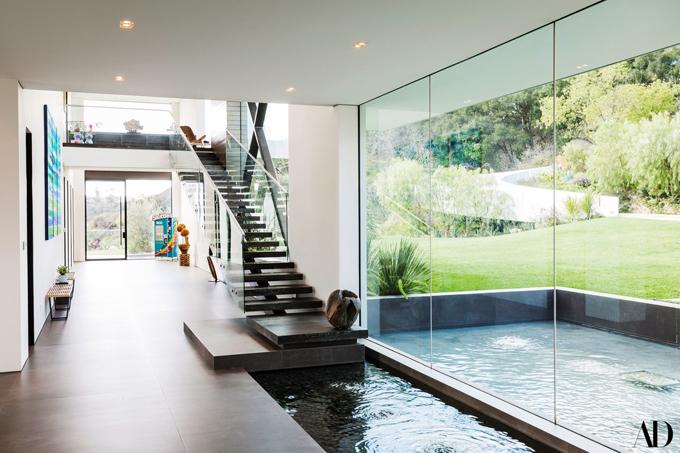 Hành lang rất rộng trước nhà và cầu thang dẫn lên tầng 2, nơi Zedd bố trí phòng ngủ, phòng tắm và phòng thay đồ.