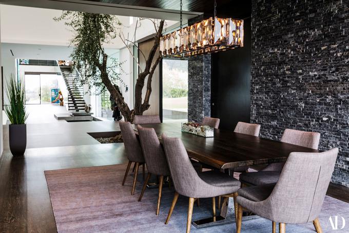 Tất cả các phòng ở tầng 1 đều thông nhau tạo cảm giác vô cùng rộng rãi. Zedd rất thích cây ô liu trong phòng nằm giữa phòng ăn và lối vào. Khi bạn bước vào nhà và nhìn thấy một cái cây lớn, cảm giác thật tuyệt vời, nam ca sĩ chia sẻ.