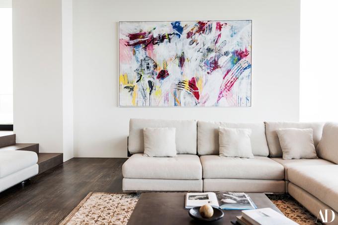 Zedd trưng bày bức tranh anh tự vẽ trong phòng khách.