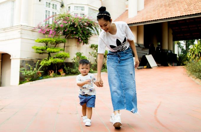 Dương Cẩm Lynh hạnh phúc bên con trai cưng được hơn một tuổi.