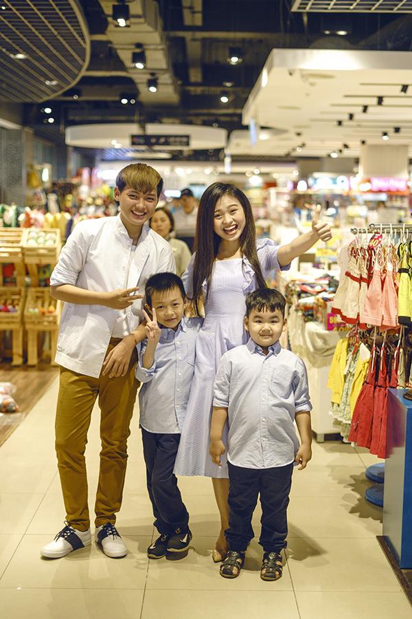 Nhân dịp sinh nhật em trai cùng mẹ khác cha Luke Nguyễn (phải), Lê Lộc rủ các em thực hiện bộ ảnh chung để gắn kết tình cảm gia đình.