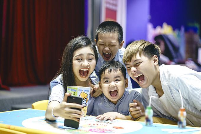 Bốn chị em Lê Lộc đã gọi video call cho anh trai và trêu chọc anh.