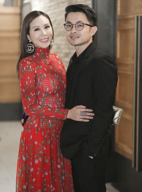 Cặp đôi hẹn hò khoảng 2 năm nay, tình cảm rất mặn nồng. Hoa hậu Phu nhân 2012 tiết lộ người yêu kém tuổi rất được lòng các con riêng của cô.