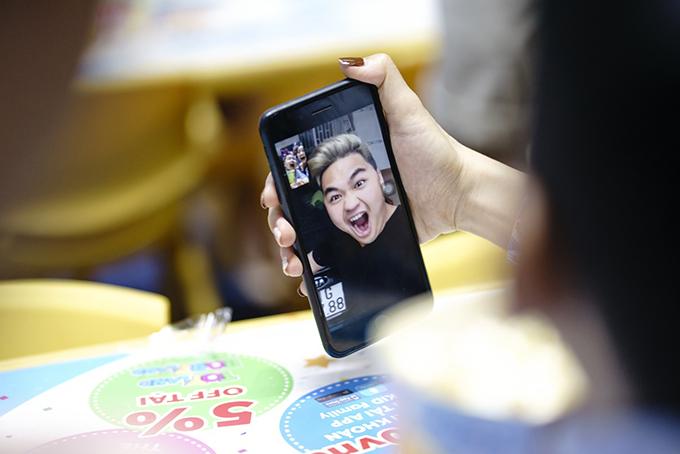 Người anh lớn nhất trong gia đình gồm 5 anh chị em con chung, con riêng là diễn viên Duy Phước đang đi diễn ở miền Trung nên không thể tham gia buổi chụp.
