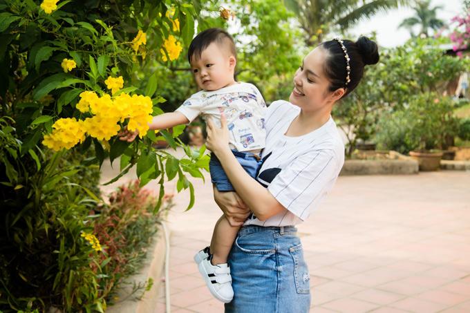 Bận bịu với vai trò làm mẹ nhưng Dương Cẩm Lynh không muốn bỏ cuộc chơi nghệ thuật. Cô sắp trở lại màn ảnh nhỏ với vai diễn trong phim Nợ giang hồ.