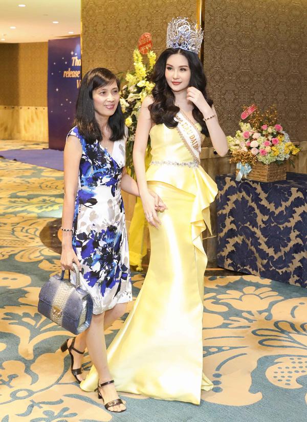 Người đẹp 23 tuổi diện váy vàng lộng lẫy, khoe vóc dáng thon thả.