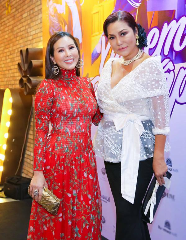 Thu Hoài rạng rỡ hội ngộ ca sĩ chuyển giới Cindy Thái Tài tại buổi ra mắt phim Yêu em bất chấp.