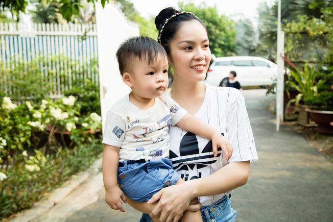 Từ khi lên chức mẹ, Dương Cẩm Lynh thấy sung sức, nhiều năng lượng hơn. Cô được ông xã là nhà sản xuất Anh Khoa ủng hộ tiếp tục theo đuổi đam mê diễn xuất.