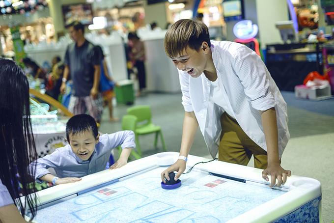 Duy Thọ năm nay mới học lớp 8 nhưng đã cao gần 1,8m. Người em trai này có điều gì cũng tâm sự với Lê Lộc.