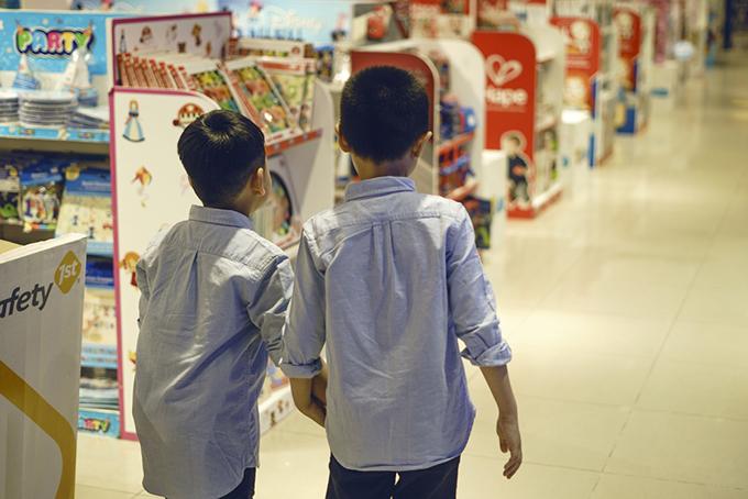 Hai em trai nhỏ rất thương nhau và đều thích được chị Lê Lộc đưa đi chơi.