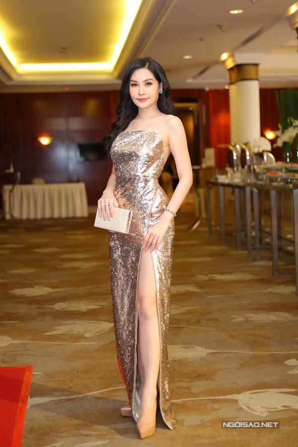 Ngân Anh có mặt rất sớm tại sự kiện, cô tao được sự thu hút bởi cách chọn váy sequins xẻ cao bất tận đi kèm chi tiết khoe vai trần.