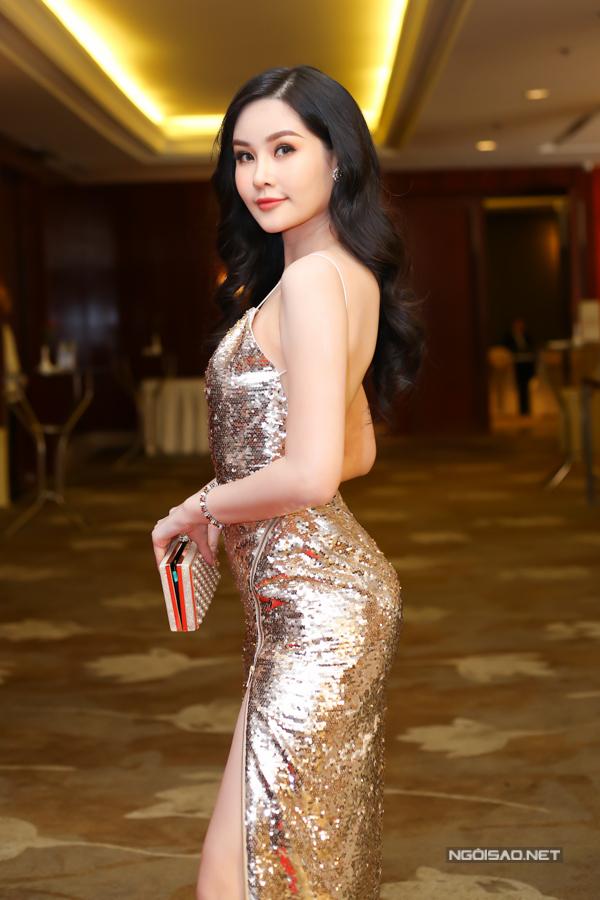 Chiều ngày 4/4, Ngân Anh cùng dàn chân dài nổi tiếng và các nghệ sĩ, nhà thiết kế Việt đã cùng góp mặt trong buổi họp báo của chương trình Tuần lễ thời trang quốc tế Việt Nam mùa xuân hè 2018.