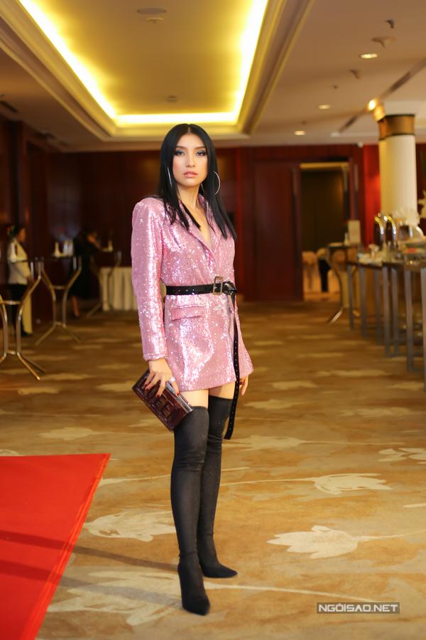 Ca sĩ Tiêu Châu Như Quỳnh chọn váy vest ánh kim để phối cùng mốt bốt cổ cao được ưa chuộng ở mùa thu đông 2017 và clutch dáng hộp.