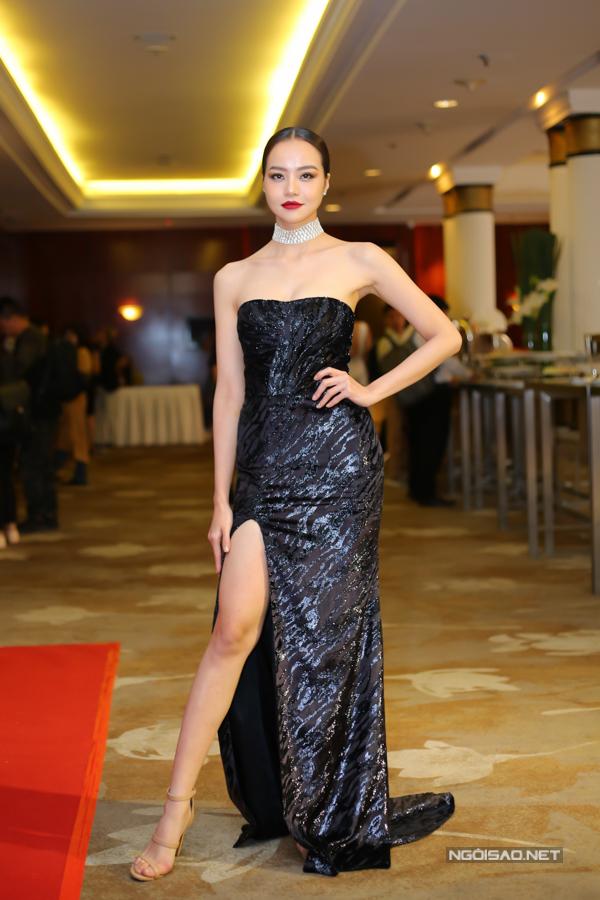Không hẹn mà gặp, người đẹp Kiều Ngân cũng chọn váy xẻ khỏa thâny cùng thiết kế cúp ngực bắt mắt trên chất liệu vải ánh kim để tham dự buổi công bố chương trình thời trang quy tụ nhiều nhà mốt nổi tiếng trong nước và thế giới.