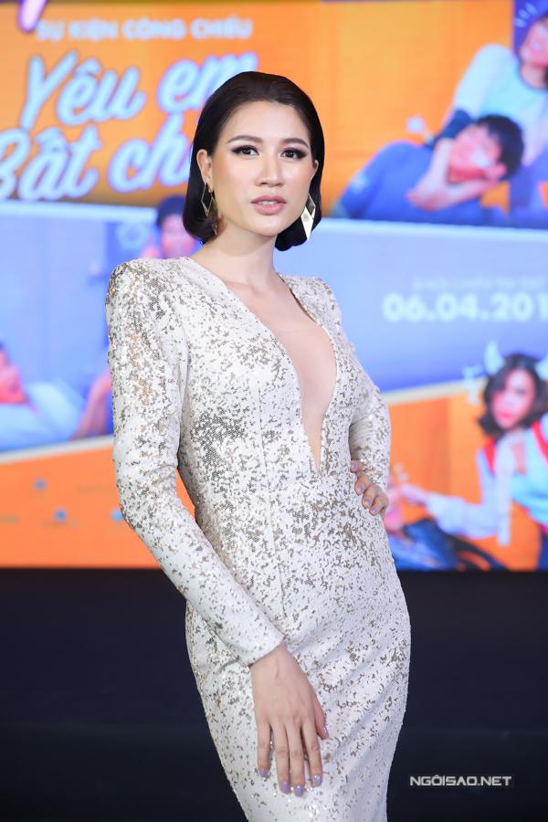Trang Trần khoe vòng một với thiết kế xẻ sâu tới eo. Cô đóng vai bà mẹ vợ ghê gớm trên màn ảnh rộng.