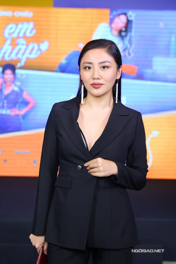 Ca sĩ Văn Mai Hương xuất hiện vớiphong cách gọn gàng, thanh lịch.