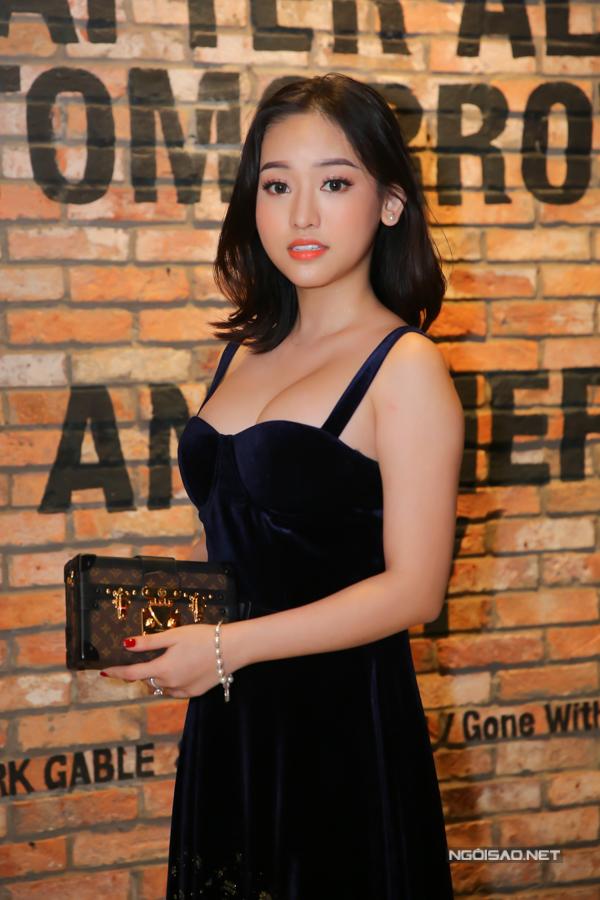 Hot girl Cà Mau Thúy Vi mặc mát mẻ, gây chú ý với vòng một khủng.