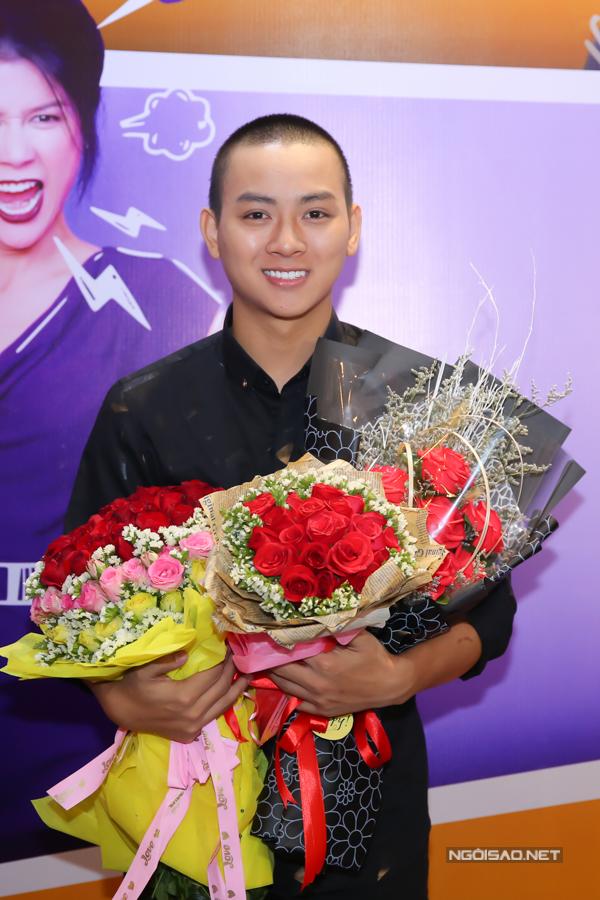 Hoài Lâm hạnh phúc khi được nhiều fan tặng hoa trong buổi ra mắt phim.