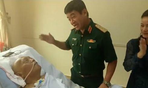 Người phi công già hát cổ vũ đồng đội nằm trên giường bệnh
