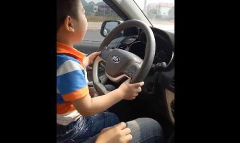Bố mẹ cho con trai 3 tuổi tập lái ôtô lao vun vút trên đường