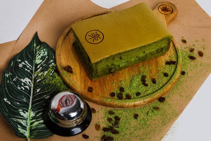 Bánh trà xanh nho đen là việc pha trộn giữa bánh bông lan truyền thống và hương vị trà xanh Nhật Bản, kết hợp thêm nho đen, giúp mang lại một trải nghiệm vừa quen thuộc vừa phảng phất hương vị đặc biệt