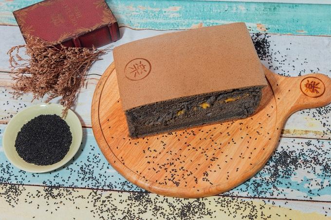 Bánh bông lan mè đen là một trong những sản phẩm được yêu thích nhất. Mè đen có tác dụng dưỡng da, đen tóc được dùng trong các món tráng miệng của người hoa như bài thuốc tươi trẻ nay được kết hợp với lớp phô mai tan chảy hoà quyện cùng vị bùi bùi của mè, kích thích vị giác càng ăn lại càng thèm.