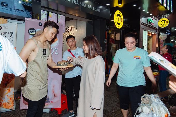 Dàn nhân viên chuẩn soái ca tham sự sự kiện chụp hình check in lưu niệm cùng khách hàng tại đợt ra mắt đầu tiên tai chi nhánh Ngô Đức Kế (TP. Hồ Chí Minh).