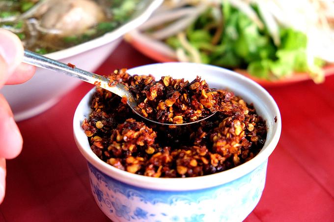 Tô bún chả Huế thơm mùi khói trong quán nhỏ Sài Gòn