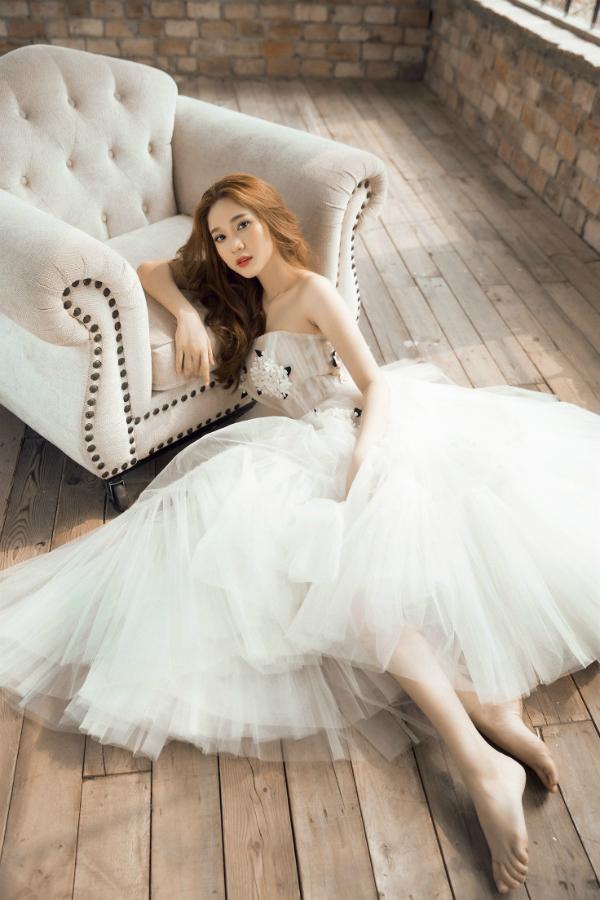 Quỳnh Hương là nhân tố mới của làng giải trí. Cô được chú ý từ khi tham gia phim Sói trắng của đạo diễn Lê Hoàng.